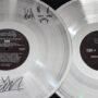 A subasta disco doble de platino y sintetizador Roland 303